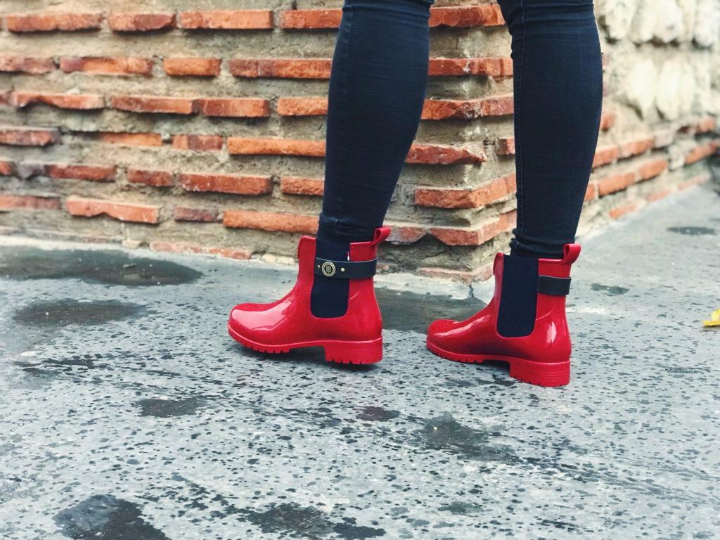 Crvene čizmice u šetnji gradom